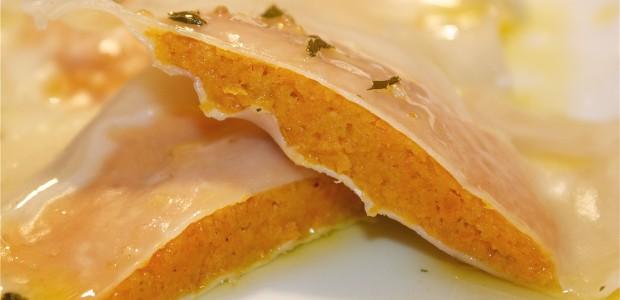 Ravioli rellenos de zanahoria en salsa de salvia
