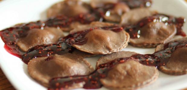 Raviolis de chocolate rellenos de crema pastelera con salsa de chocolate amargo